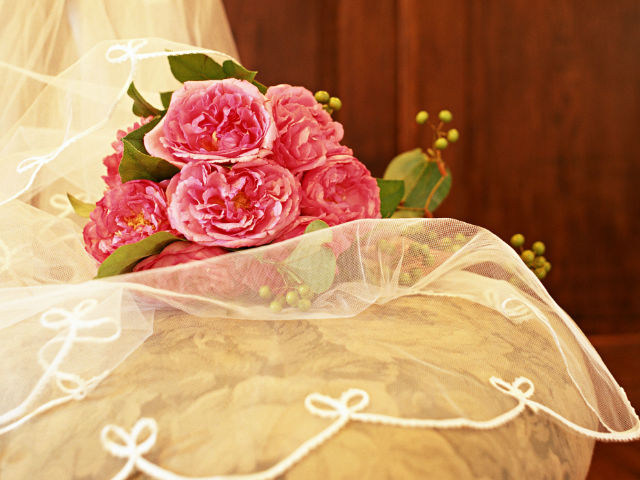 椅子の上に置かれた花束